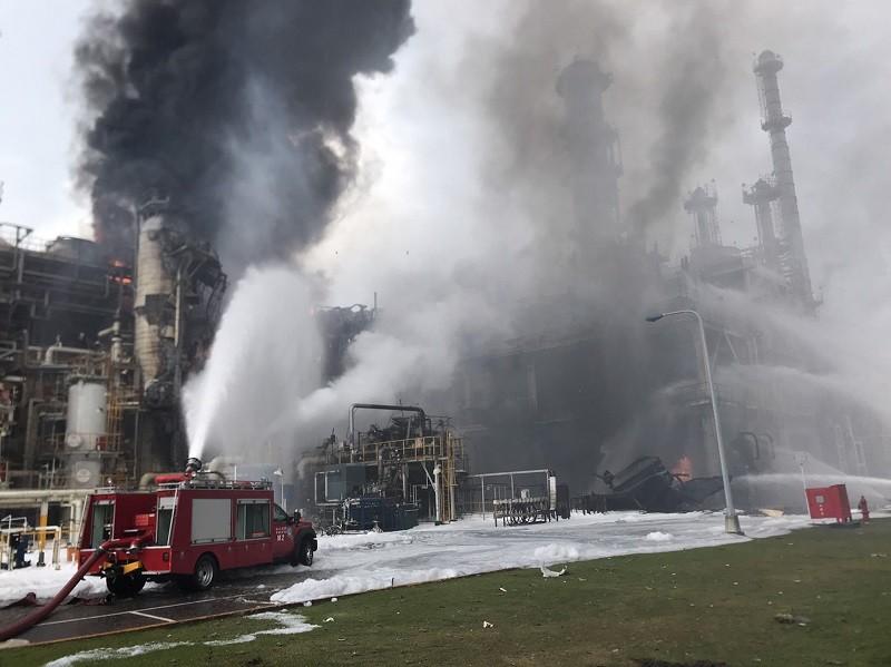 雲林麥寮六輕工業區塑化公司煉製二廠,15日上午發生爆炸意外,廠區起火冒出濃煙,消防局獲報前往救援。(消防隊提供)中央社