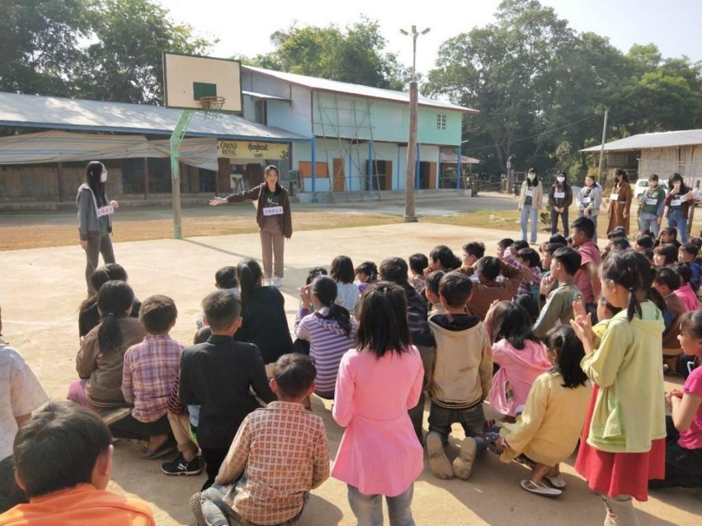 團隊青年透過大地遊戲前導戲劇協助當地學生學習中文。(照片來源:教育部)
