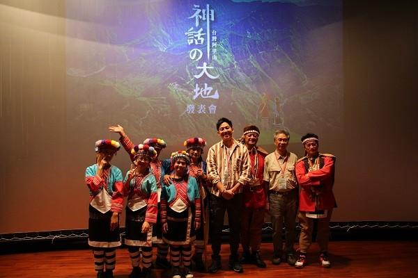 日本攝影家小林賢伍(右三)、台灣生態旅遊協會理事長郭城孟(右二)與鄒族合影