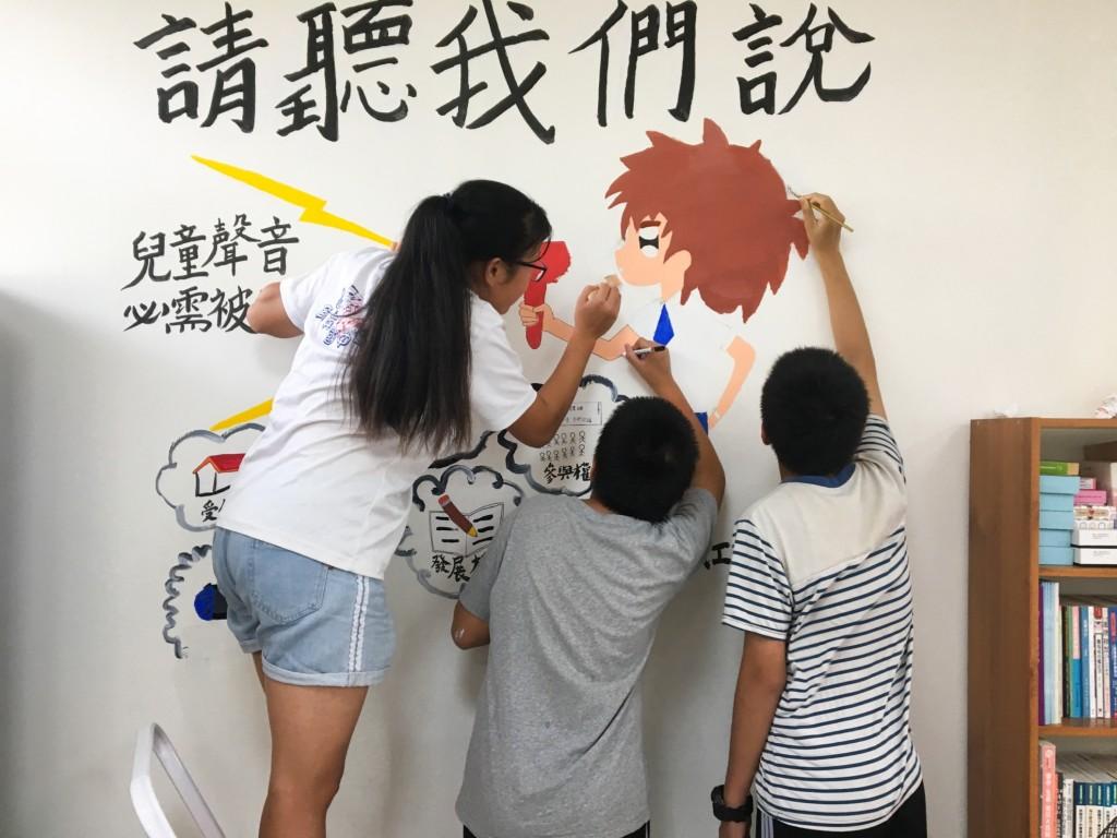 善牧臺中新住民家庭服務中心新二代共同創作象徵表意權的「請聽我們說」彩繪牆(圖:善牧基金會提供)