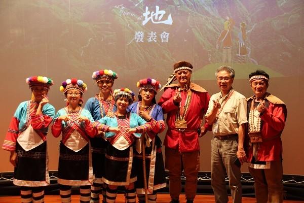 台灣生態旅遊協會理事長郭城孟與鄒族合影