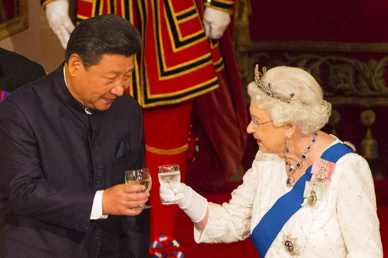 Chinese leaderXi Jinping with Britain's Queen Elizabeth II