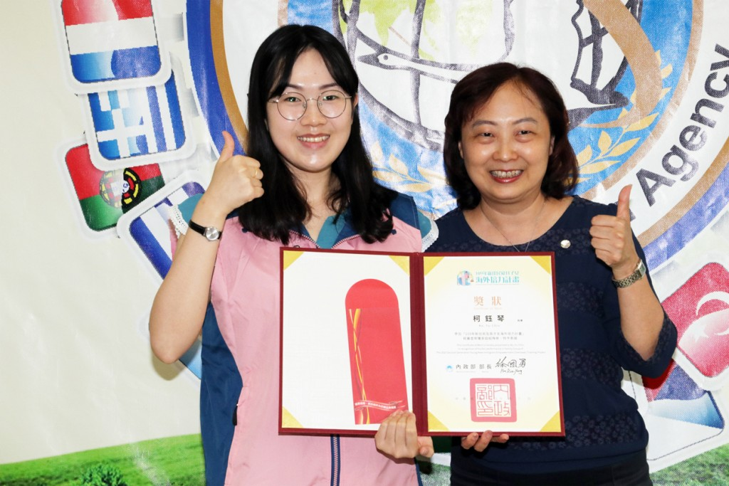 移民署臺北市服務站主任蘇慧雯(右)頒發獎狀及禮券予柯鈺琴(左)以資鼓勵。(圖/ 移民署)