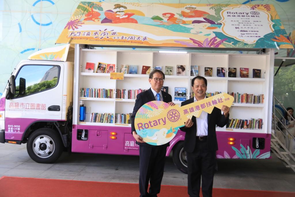 高雄港都扶輪社蔡中富社長(左)代表捐贈東南亞行動書車,期盼也能與在臺的移工朋友分享書香。(照片來源:高雄市立圖書館)
