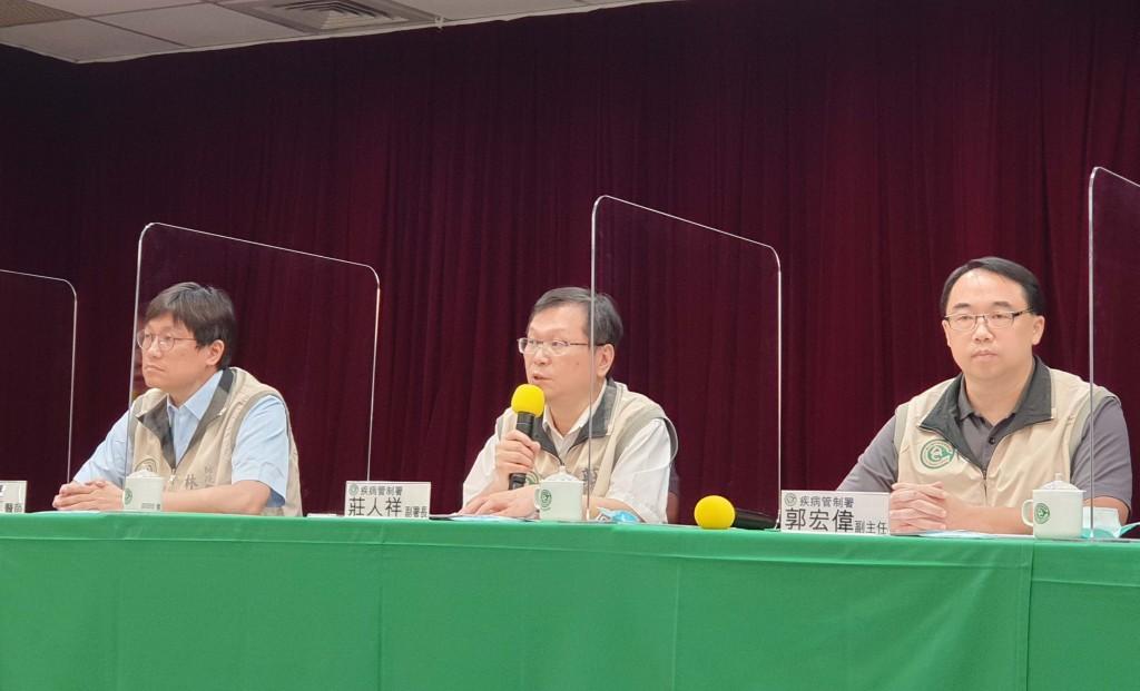 衛生福利部疾管署副署長莊人祥(中)21日下午在疫情 週報公布,國內今年首例本土登革熱病例,為居住桃園 市桃園區玉山里30多歲男性。