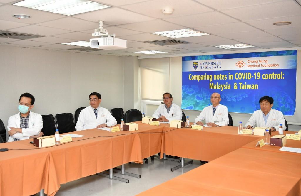 長庚醫院與馬來亞大學於本月15日舉行網路視訊研討會分享雙方防疫措施(右2為馮思中副院長、右1為邱政洵副院長)。(照片由長庚醫院提供)