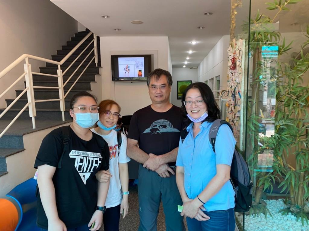 乙庭(左1)、媽媽(左2)及蔡孟書老師(右1)訪問優雅物理治療所楊文杰物理治療師(翻攝自培力計畫臉書)