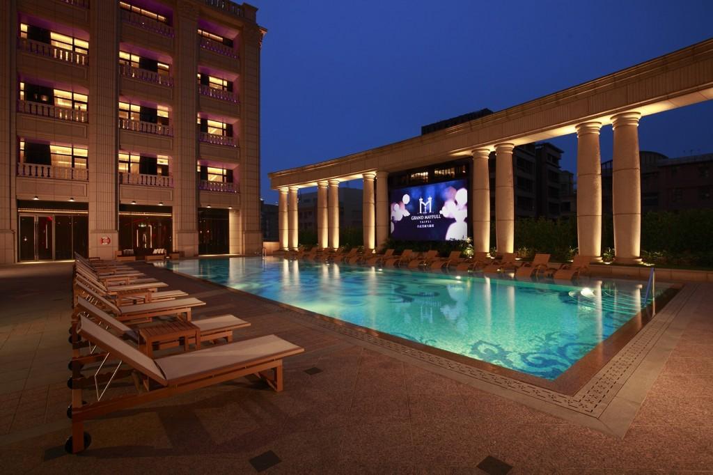 圖為台北美福大飯店泳池。