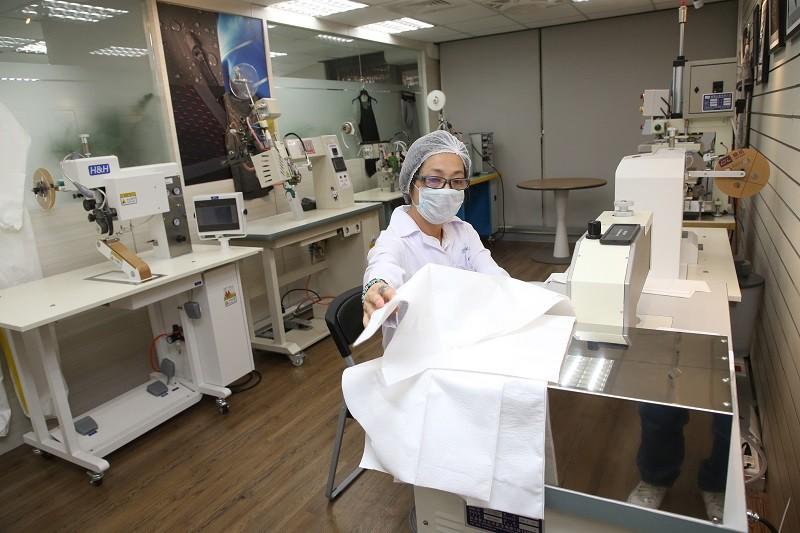 聚陽總部展示超聲波縫合機,積極發展防護衣商機 (中央社)