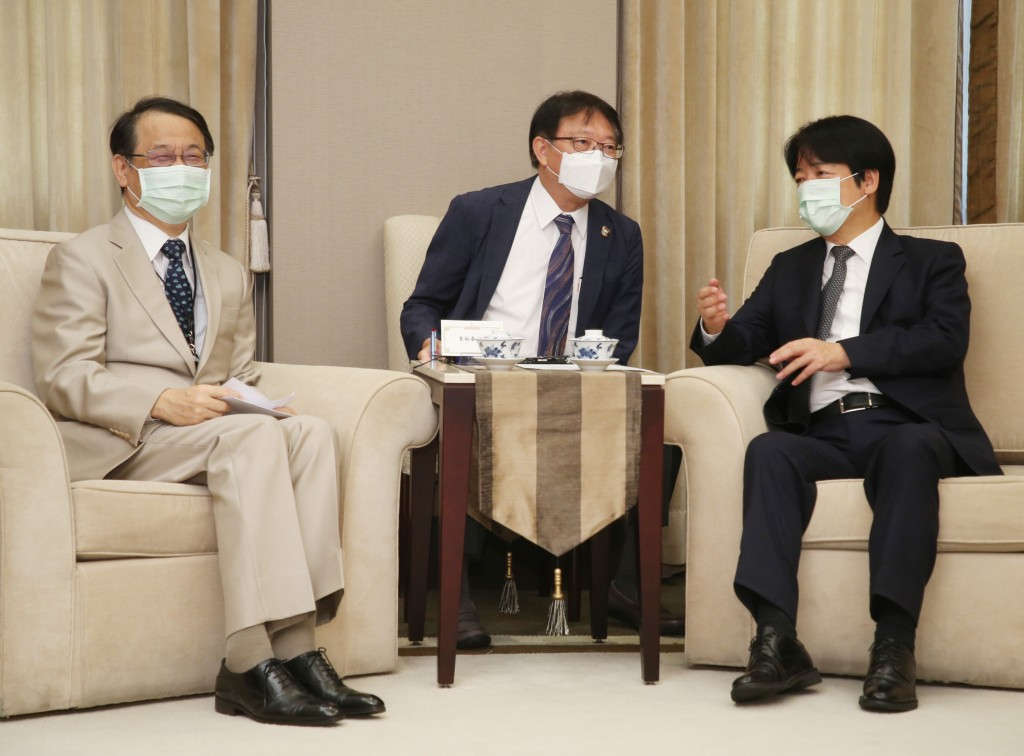 Vice President Lai Ching-te (right) with Japanese envoy Izumi Hiroyasu (left)