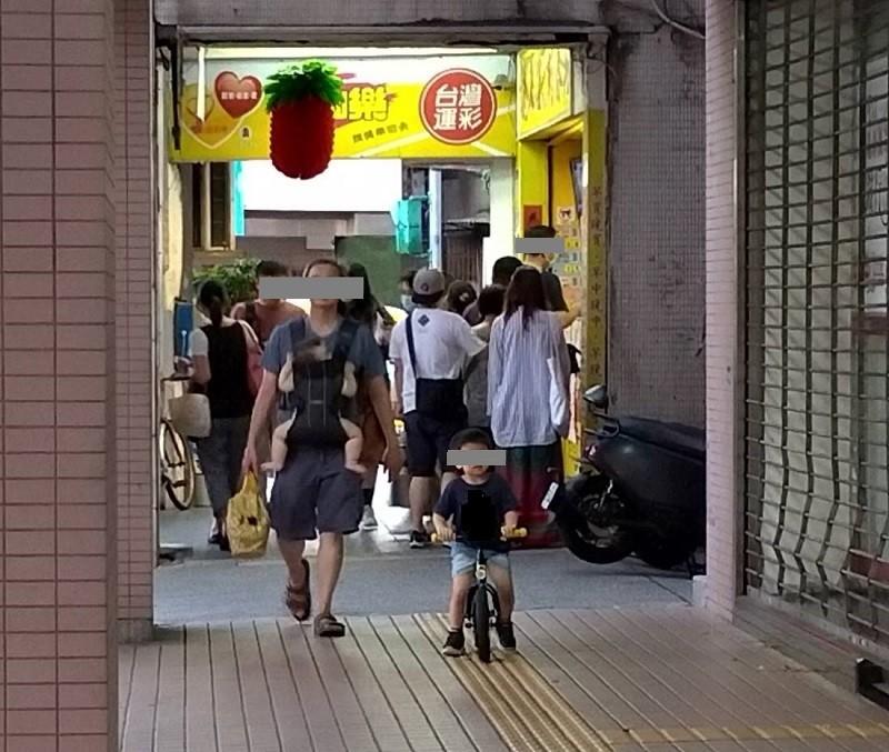 7/23晚間6點左右, 台北市一家彩券行, 買氣很旺 (台灣英文新聞/宇妍 攝影)