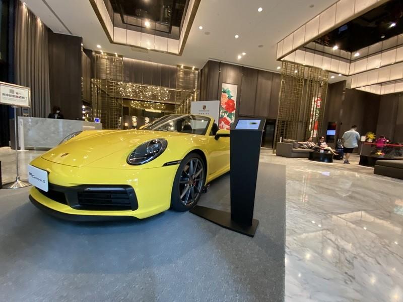 新北市板橋凱撒大飯店,攜手豪華車品牌保時捷( Porsche)推出住房專案,旅客入住即可免費試乘。中央社