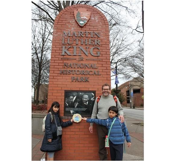 新二代安雅(左1)與爸爸、弟弟參觀馬丁路德‧金恩國家歷史園區(翻攝自新住民及其子女海外培力計畫臉書)