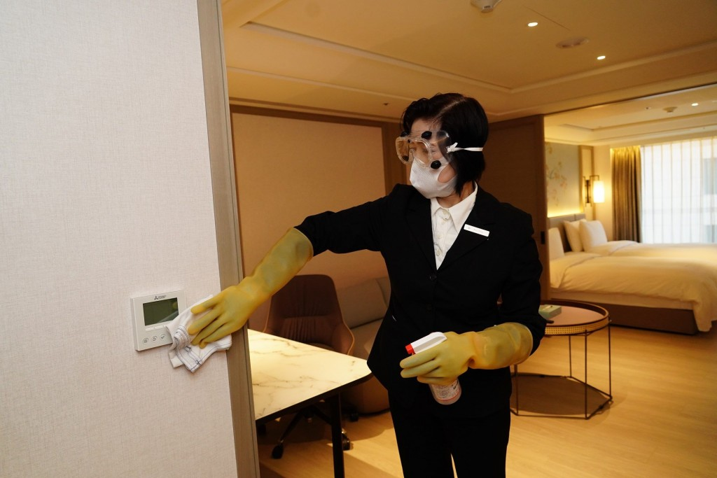 Hotel staff member disinfecting room. (Taipei City Government photo)