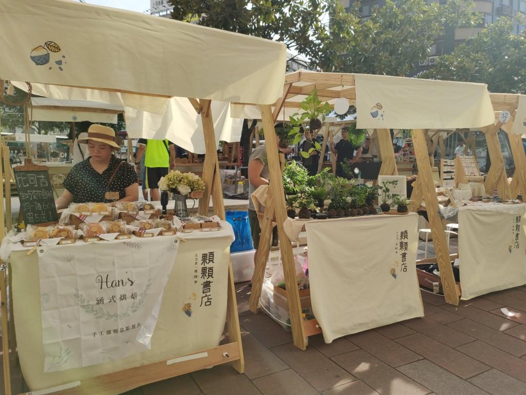 「顆顆書店」於每週末頂好廣場舉行(圖/台灣英文新聞)