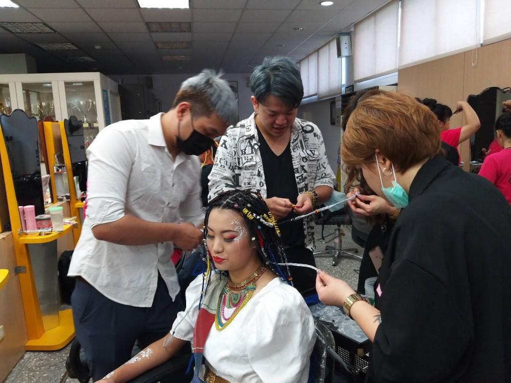 菲律賓時尚美型Party,學習多股編髮及貼頭辮技巧,把多色的仿毛髮毛線編成雷鬼辮,展現熱帶國家的時尚潮流與熱情。(照片來源:新北市政府)