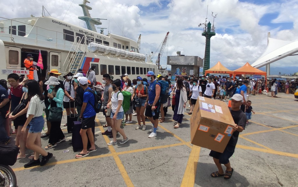 Travelers lining up to board the ferry to Green Island