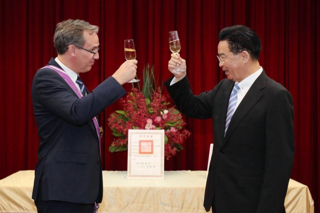 瑞典駐台代表言禾康(左)與外交部長吳釗燮(照片來源:外交部提供)