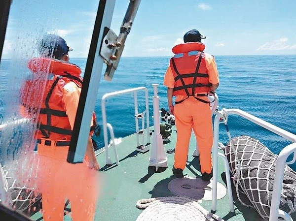 Coast Guard officers searching for missing crew members. (CGA photo)