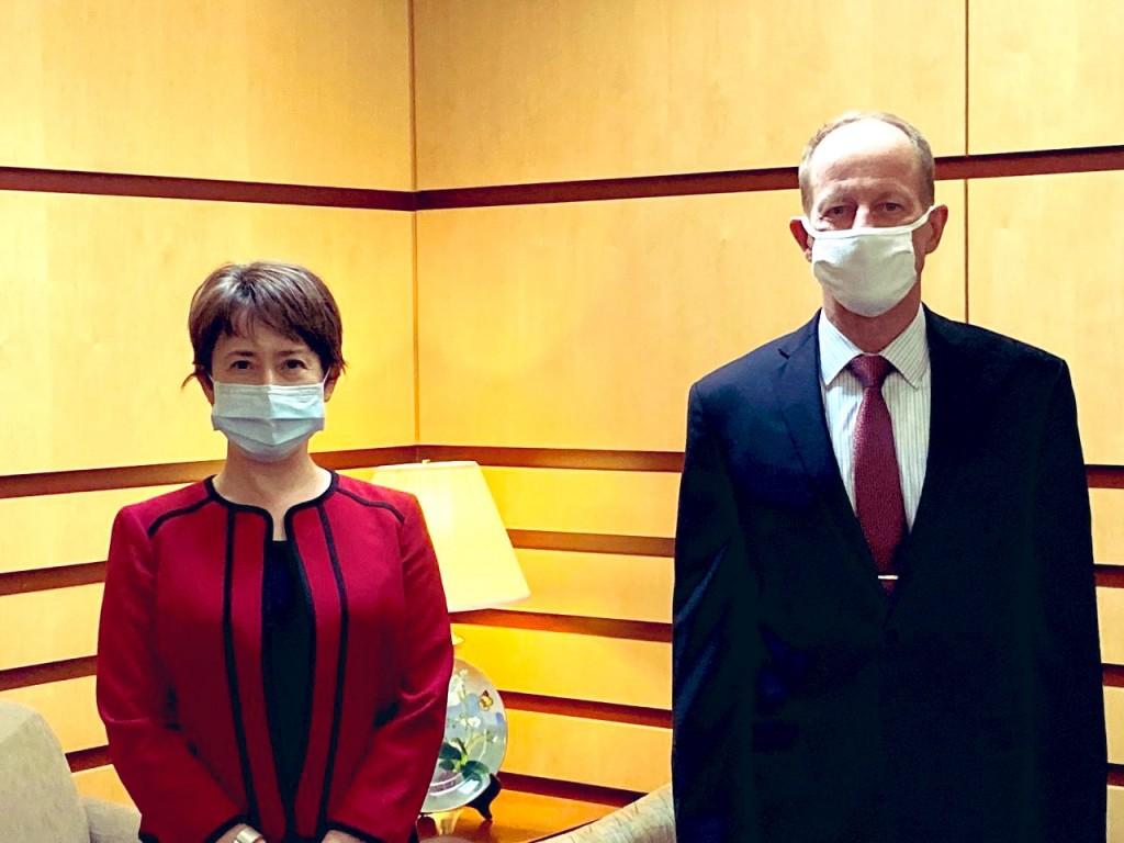駐美代表蕭美琴(左)與美國務院亞太助卿史達偉(照片翻攝自Taiwan in the US Twitter)