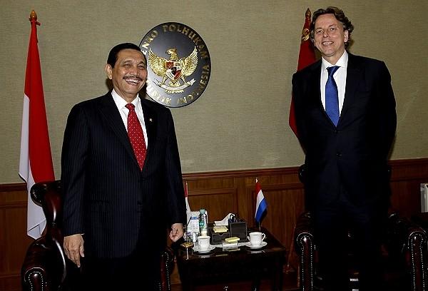 Indonesian Minister for Maritime and Investment AffairsLuhut Binsar Panjaitan (left). (Wikimedia Commons photo)
