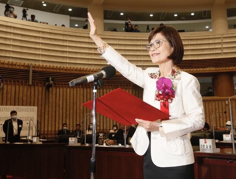 前高雄市議會議長許崑源6月墜樓身亡,高雄市議會7月31日補選議長,代表國民黨參選的高雄市議員曾麗燕(圖)順利勝出,並宣誓就職。中央社