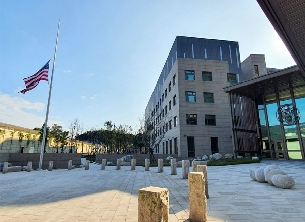 The US flag lowered to half-mast at the American Institute in Taiwan in honor of former Taiwan President Lee Teng-hui.
