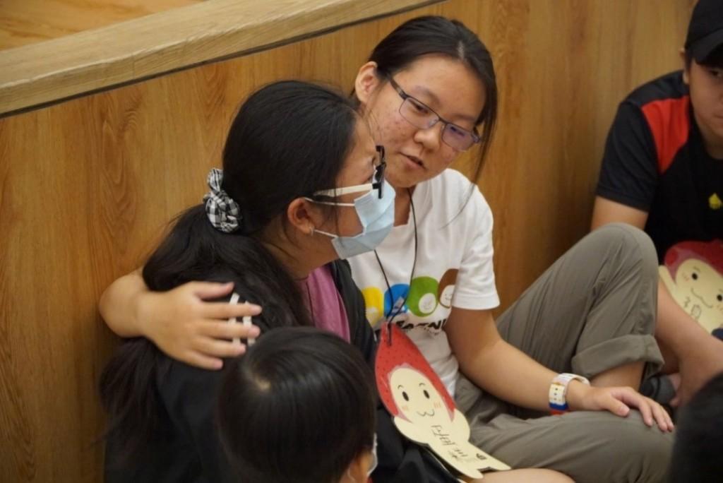 說明:短短五天的營隊活動中,孩子和志工間的感情就非常深厚與不捨,孩子也表達隔年會再參加。(照片來源:教育部)