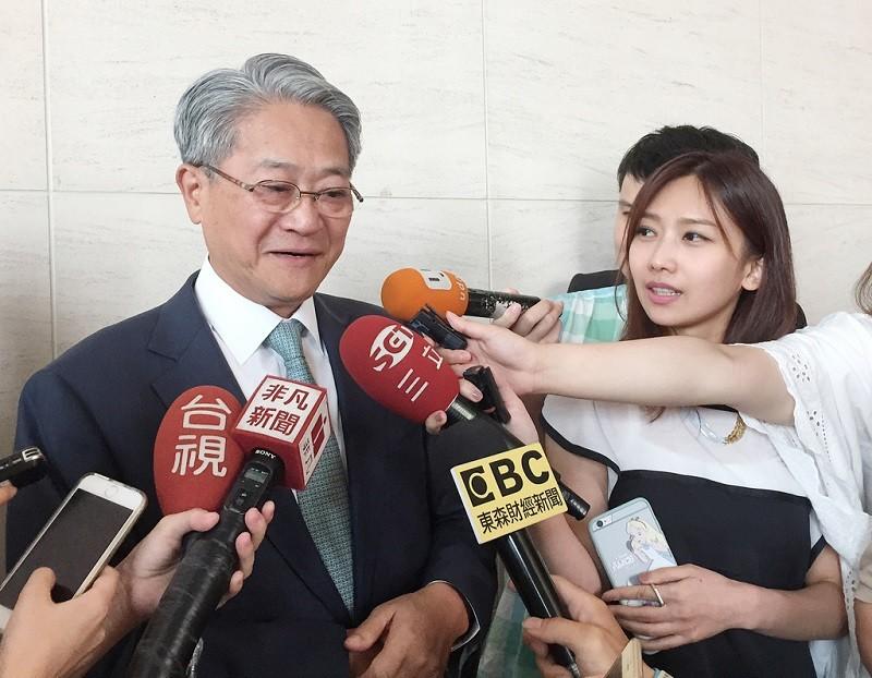 圖為台新金控董事長吳東亮(左)接受媒體訪問。中央社檔案照片