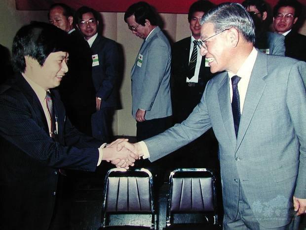 劉樹添在臉書貼出38年前與李前總統握手的照片(翻攝自僑委會網站)