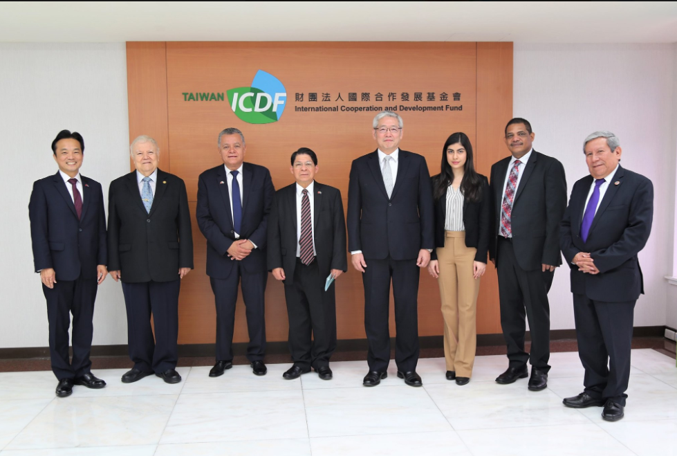Ambassador Tapia (second from left) and his successor, Mirna Rivera (third from right) (ICDF photo)