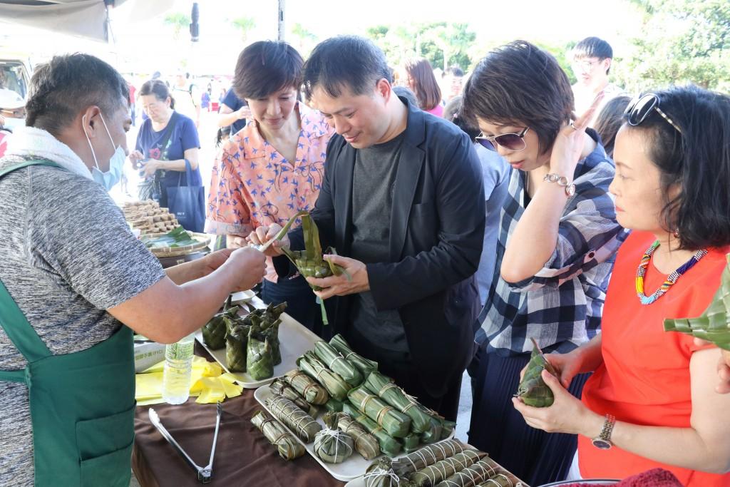 說明:美食攤位聚集來自臺灣不同原住民部落的特色食物。(照片來源:新北市政府)