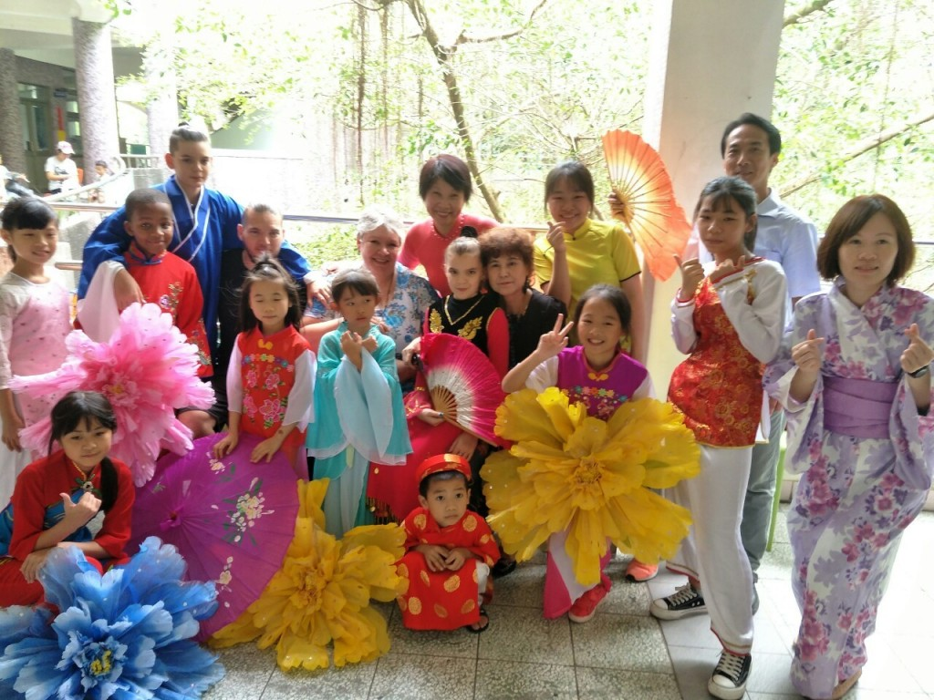 說明:原住民、新住民二代學童穿著各國傳統服裝,孩子們躍躍欲試(宜萱婦幼關懷協會提供)