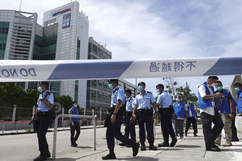 警方目前已封鎖香港蘋果日報總部大樓及大樓外圍。(美聯社)