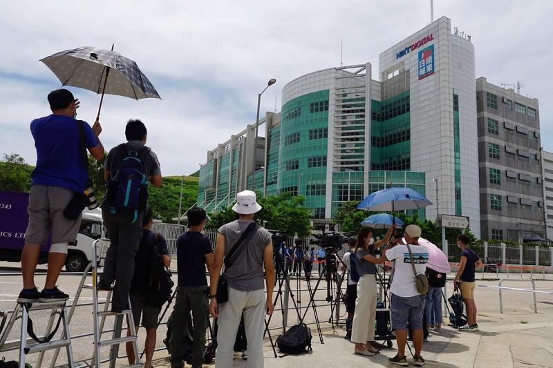 香港蘋果日報總部外10日聚集大批媒體記者 (美聯社)