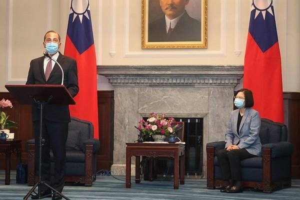 U.S. Health Secretary Alex Azar (left) meets with Taiwan President Tsai Ing-wen Aug. 10.