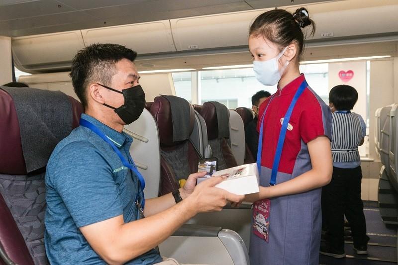 華航「微出國」結合小小空服員夢想起飛活動,吸引123名家長與小朋友報名參加,8日上午小朋友們化身空服員,在模擬客艙中,以父母為對象,實際...
