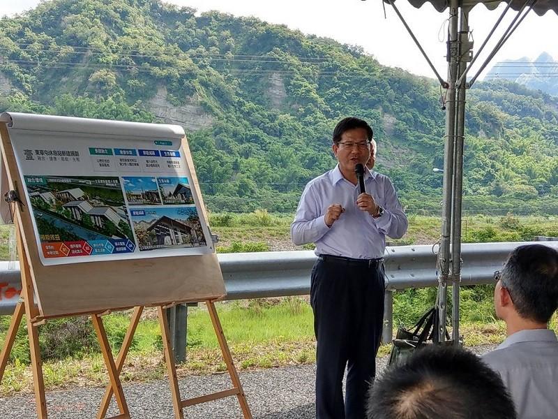 圖為交通部長林佳龍7月28日到東草屯休息站預定地視察。(高公局提供)中央社