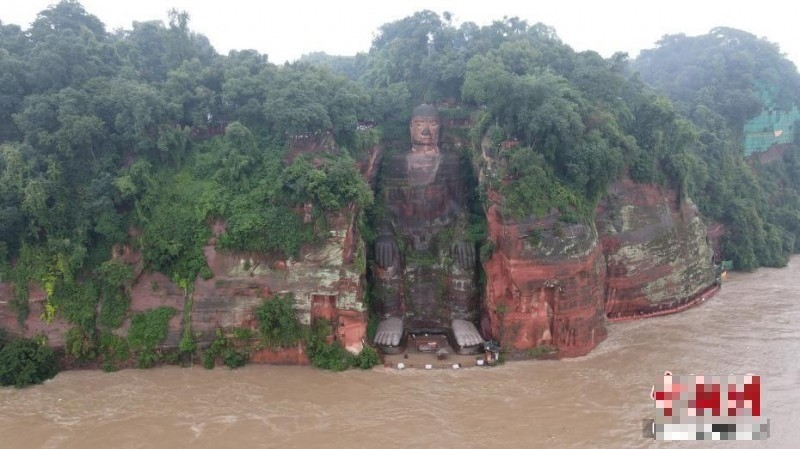 Floodwaters reaching Leshan Giant Buddha's feet. (Internet image)