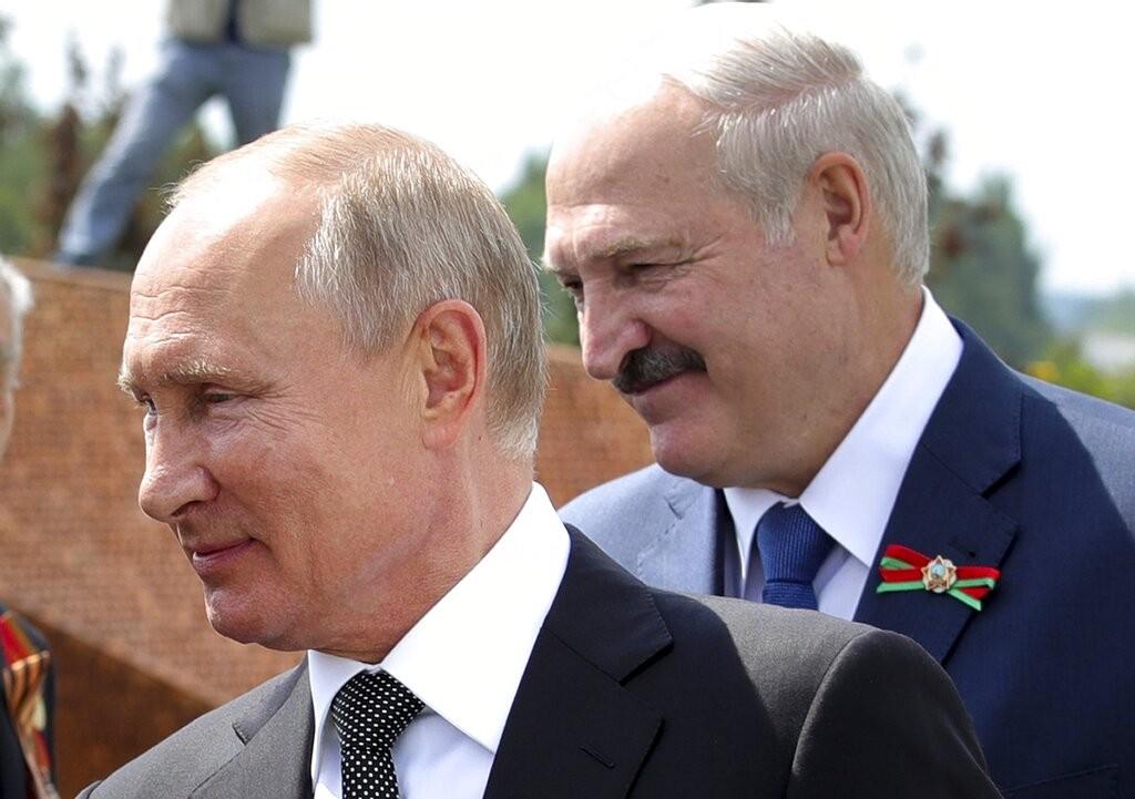 俄羅斯總統普丁(左)、白俄羅斯總統當選人盧卡申科(右)。(照片來源:美聯社。)