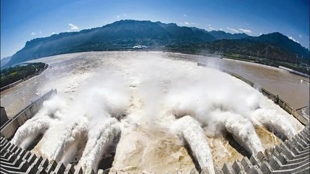 """No. 4 Flood"" passing through Three Gorges Dam. (Weibo photo)"