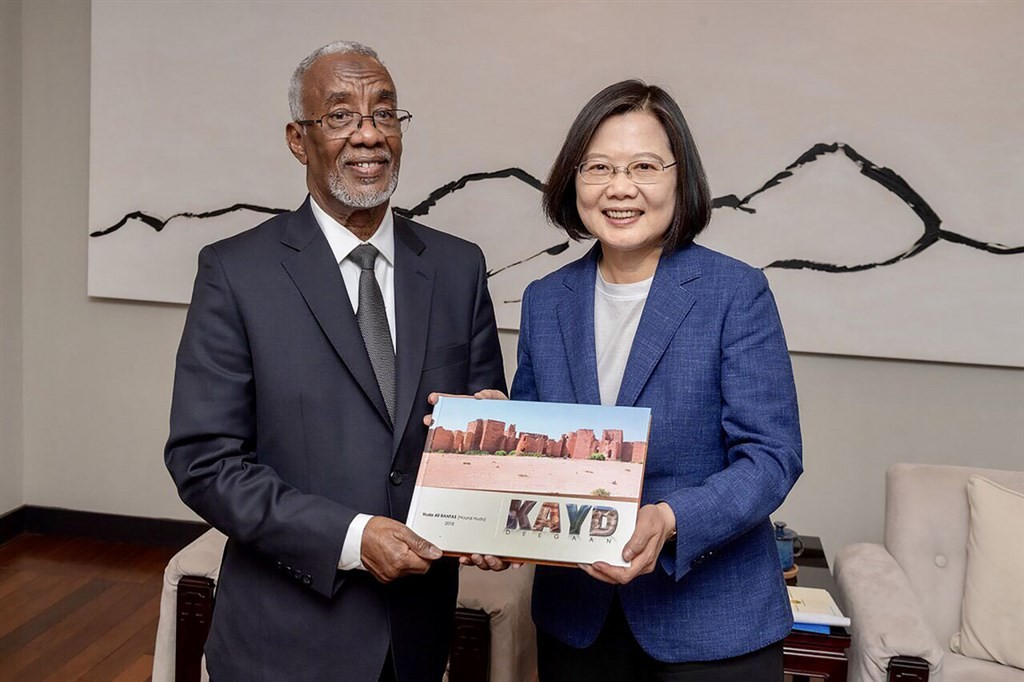 Somaliland Foreign Minister H.E. Yasin Hagi Mohamoud (left) with President Tsai Ing-wen.(Ministry of Foreign Affairs photo)