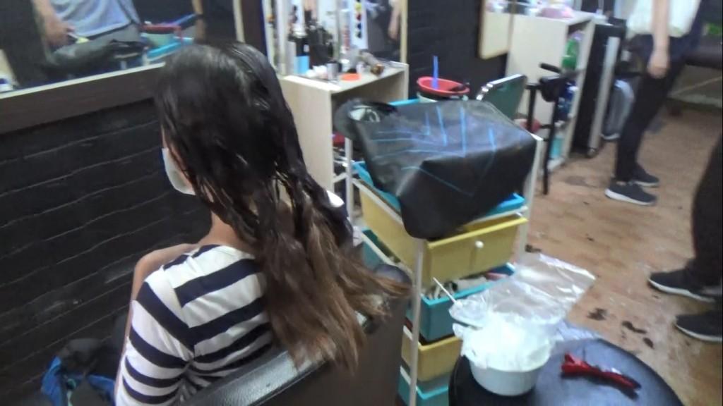 「巧手美髮師」居然是失聯移工! 弄頭髮到一半遭台灣移民署逮捕、濕髮顧客嚇傻