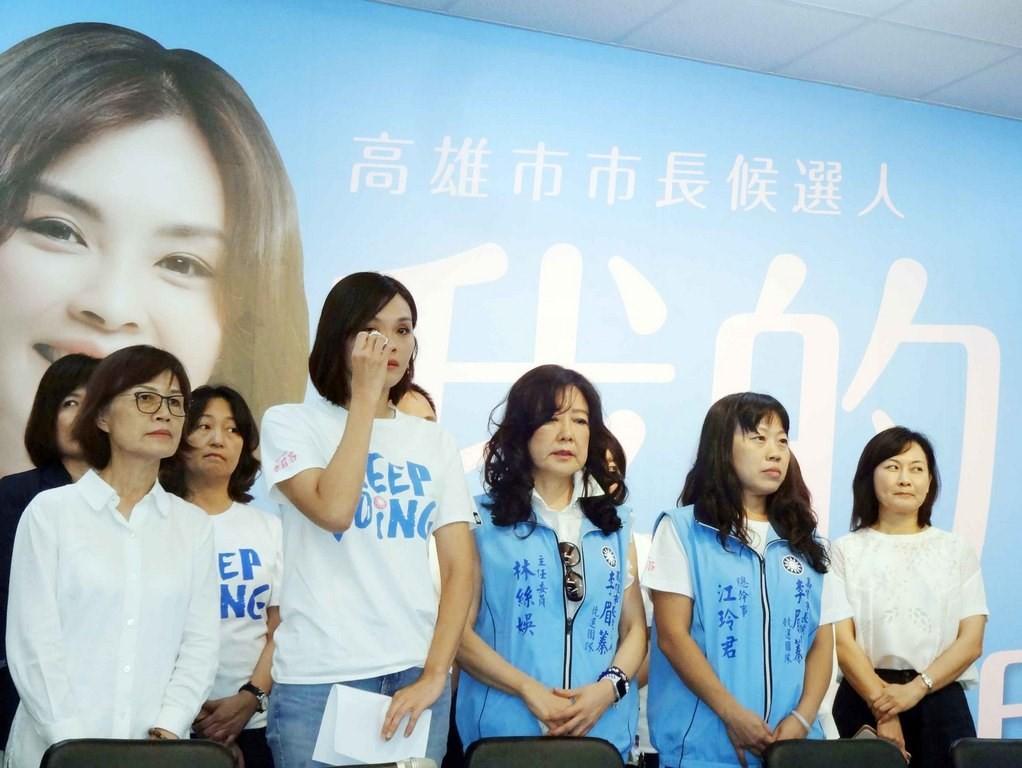 代表國民黨投入高雄市長補選的李眉蓁(前左2)爆出碩士論文抄襲風波,她7月23日舉行記者會發表道歉聲明,哽咽落淚。(中央社檔案照片)