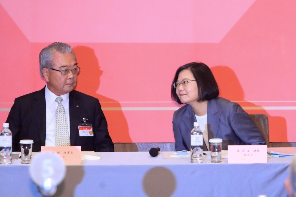 Business leader Rock Hsu with President Tsai Ing-wen at a meeting Wednesday (Aug. 19).