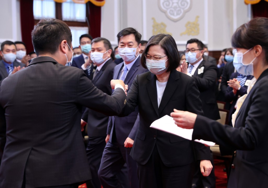 President Tsai Ing-wen (center) meeting business representatives Thursday Aug. 20