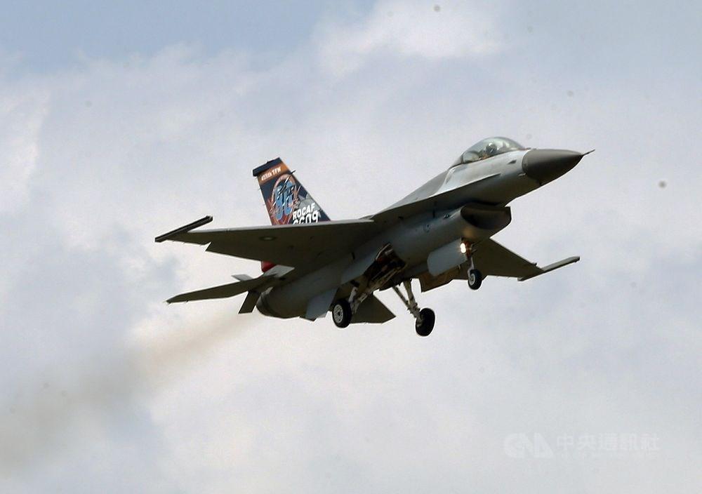 Taiwanese F-16 mid-flight.