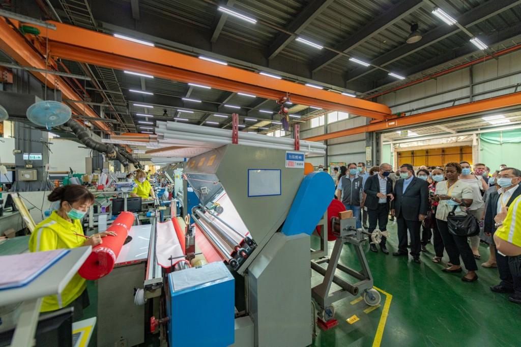 外交部安排22國駐台大使與代表參訪加入製造防護衣的聚紡公司,見證臺灣防疫國家隊的能量。(照片來源:桃園市政府)