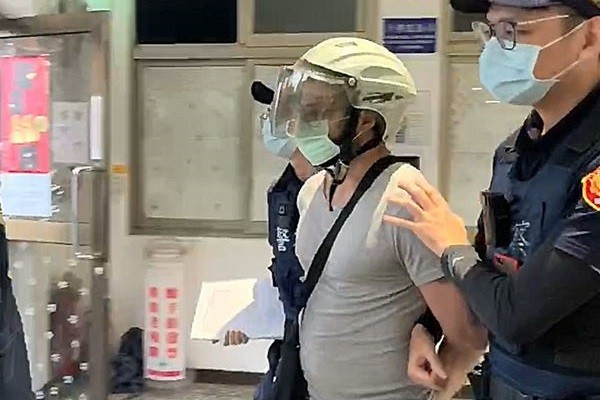 Zhu (center) being escorted by police. (New Taipei Police photo)