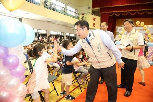 Tainan Mayor Huang Wei-cher fined for violating indoor mask-wearing policy. (Tainan City Government photo)